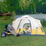 Aurinkopaneeleilla varustettu teltta