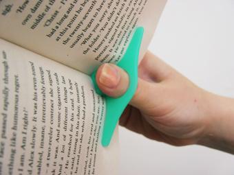 Peukalo asia kirjan auki pitämiseen