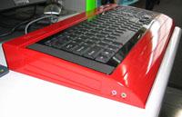 Tietokoneen näppäimistö sisäänrakennetulla tietokoneelle