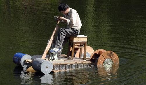 Kierrätysmateriaaleista valmistettu kiinalainen polkuvene
