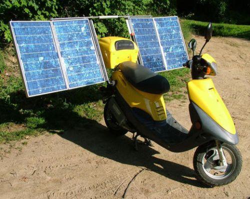 Aurinkokennoilla varustettu ladattava sähköskootteri