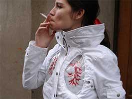 Tupakoinnin vaaroista varoittava takki