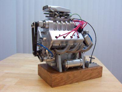 Toimiva V8 moottorin pienoismalli