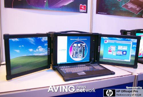 Kannettava tietokone kolmella erillisellä näytöllä