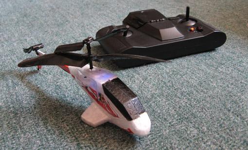 Testipenkissä Picoo Z radio-ohjattava minihelikopter