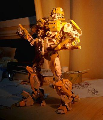 Pahvikupista askarreltu Bumblebee Transformers robotti