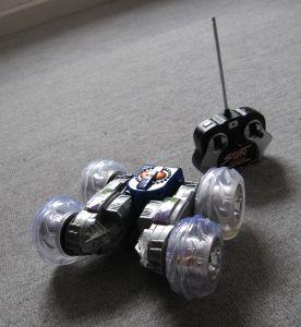 Testipenkissä Tumbler radio-ohjattava auto