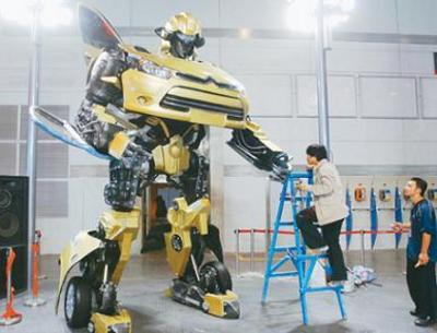 Kiinalaiset rakentelijat muunsivat Citroen C2 henkilöauton transformers robotiksi