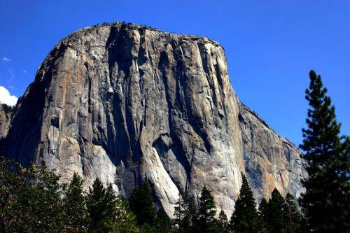 """Uusi nopeuskiipeilyn ennätys 1000 metriä korkean """"El Capitan"""" kallion huipulle kiipeämisessä."""