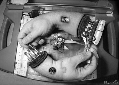 Robottikäsi, joka korjaa toista robottikättä