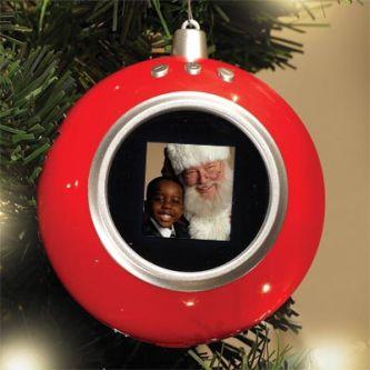 Joulukuusen koristepalloja digitaalisella valokuvakehyksellä