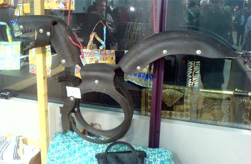 Autonkumista tehty kierrätetty lohikäärmekeinu