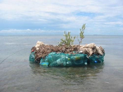 Spiral Island - Tekosaari 250 000 tyhjästä muovipullosta