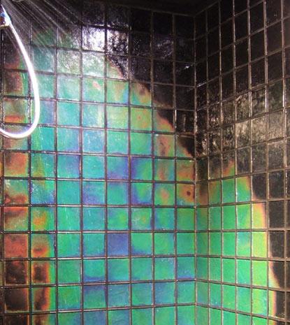Lämmön mukaan väriä vaihtava kylpyhuonelaatta
