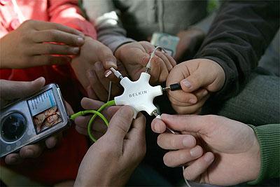 Jaa musiikkisi viiden kaverin kanssa Belkin RockStar -haaroittimen avulla