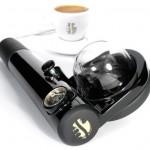 Handpresso kahvinkeitin valmistaa tuoreen pressokahvin tien päällä