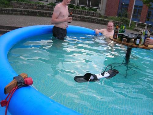 Kyllähän se pitää sähkögrilli uima-altaassa olla!
