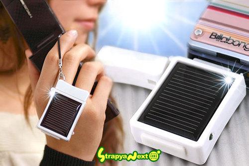 Aurinkokennolla varustettu puhelimen lataava kännykkäriipus