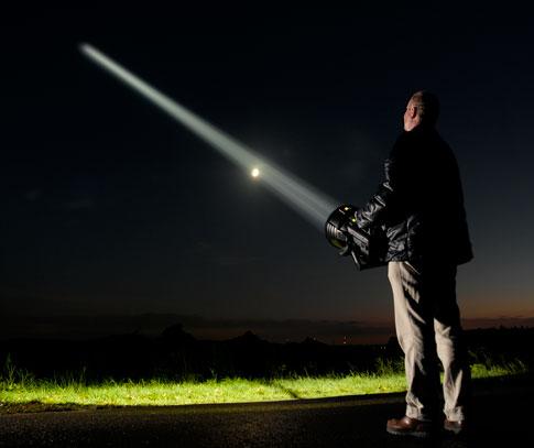 Maxablaster taskulamppu valaisee 38 miljoonan kandelan intetiseetillä