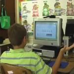 Yhdysvaltalainen koululainen saa tietokoneet sekoamaan kosketuksella
