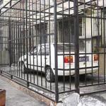 Kiinalaisen miehen autosta varastettiin osia. Mies rakensi häkin.