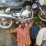 Moottoripyöränkantoa pään päällä