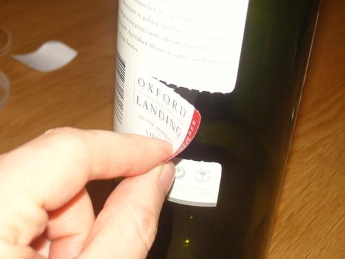 Nerokas repäisyosa viinipullon etiketissä