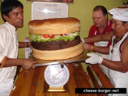 Maailman suurin hampurilainen löytyy Pattayalta