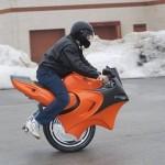 Yksipyöräinen Uno-moottoripyörä ei vakuuta turvallisuudellaan
