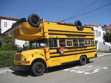 Kahdesta bussista rakennettu bussi