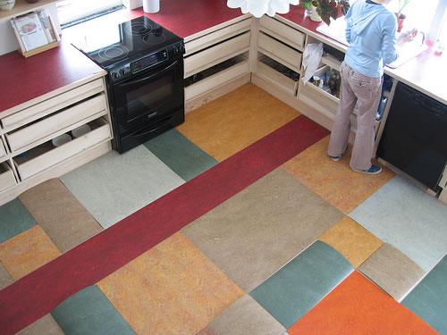 Ylijäämä linoleumi-paloista tyylikäs lattia