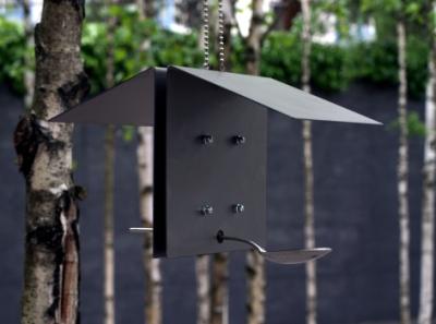 Minimalistinen lintujenruokintalauta