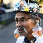 Mies jolla on kultakalamaljat korvakoruina
