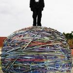 Joel Waul kehittelee maailman suurinta kuminauhapalloa