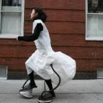Self-Sustainable Chair on tuoli joka täyttyy samalla kun JooYoun Paek kävelee