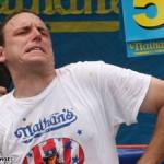 Joey Chestnut voitti pizzansyöntikilpailun 45 slicellä 10 minuutissa
