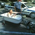 Kuka väittää, että kylpyä ei voisi ottaa moottoripyöräillessä?
