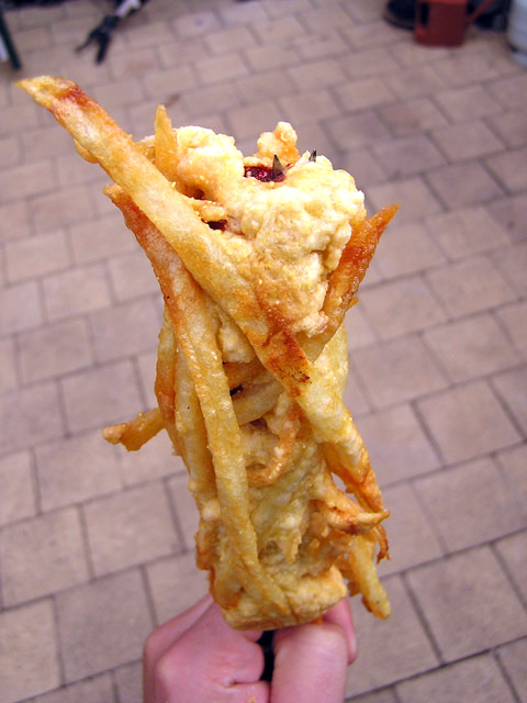 French Fry Coated Hot Dog On a Stick: ranskalainen ranskis-hodari tikussa resepti