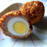 Scotch Eggs, makkaralla kuorrutettua munaa