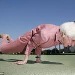 Australiasnainen taitaa joogan vielä 83-vuotiaanakin
