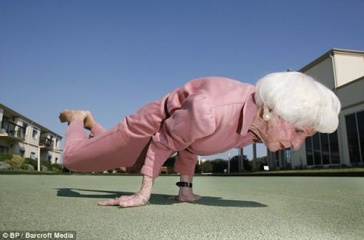 Australiasnainen taitaa joogan vielä 83-vuotiaanakin 1