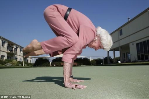 Australiasnainen taitaa joogan vielä 83-vuotiaanakin 2