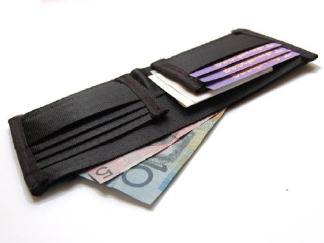 Upcycled Seatbelt Wallet on tyrvavyö-lompakko