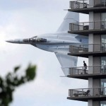 USAn armeijan F18 tekee matalalennon asuinalueella, asukkaat ihmettelevät, lentäjä vilkuttaa