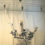 Spiderbot-robotti etenee kattoon ampumiensa lonkeroiden varassa