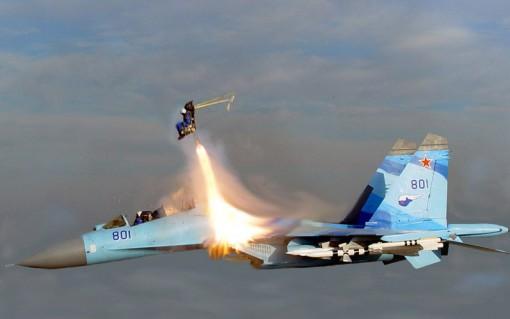 Sukhoi Su-35 lentää ilman suojakatosta mach 2 -nopeudella ja takapilotti käyttää heittoistuinta 2
