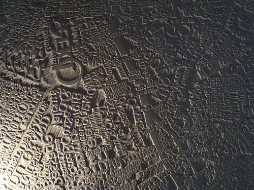 Mark Andrew Webber kaivertaa kaupunkien karttoja linoleumille 1