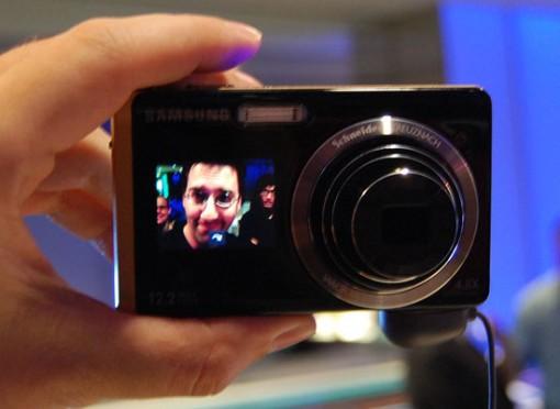 Samsung TL225 -kamerassa on 1,5 tuuman näyttö etupuolella. Omakuvia varten.