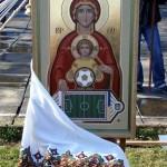 Pappi siunaa uuden jalkapallokentän