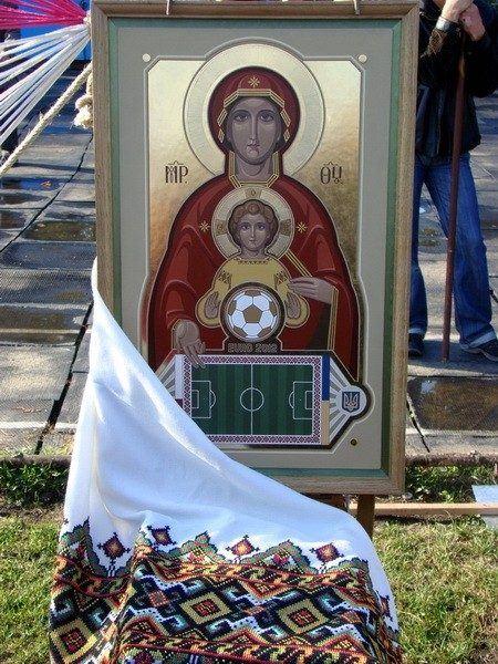 Pappi siunaa uuden jalkapallokentän 1